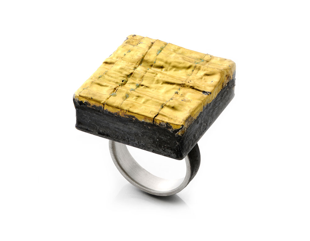 Gigi Mariani. Ring: Gold, 2017. Silver, pure gold, niello patina.. 2,5 x 3,5 x 3 cm. From series: Alchemical.