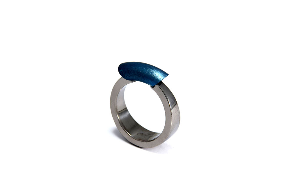Jorge Gil. Ring: The ring of Indira, 2017. Titanium grade 2, partial colorized by heating.. 2.5 x 2 x 0.8 cm. Photo by: Luis Mario Gell.
