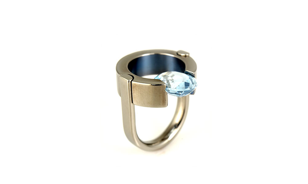 Jorge Gil. Ring: Untitled, 2017. Titanium grade 2, partial colorized by heating, topaz.. 3 x 2.5 cm. Photo by: Raul Casas.