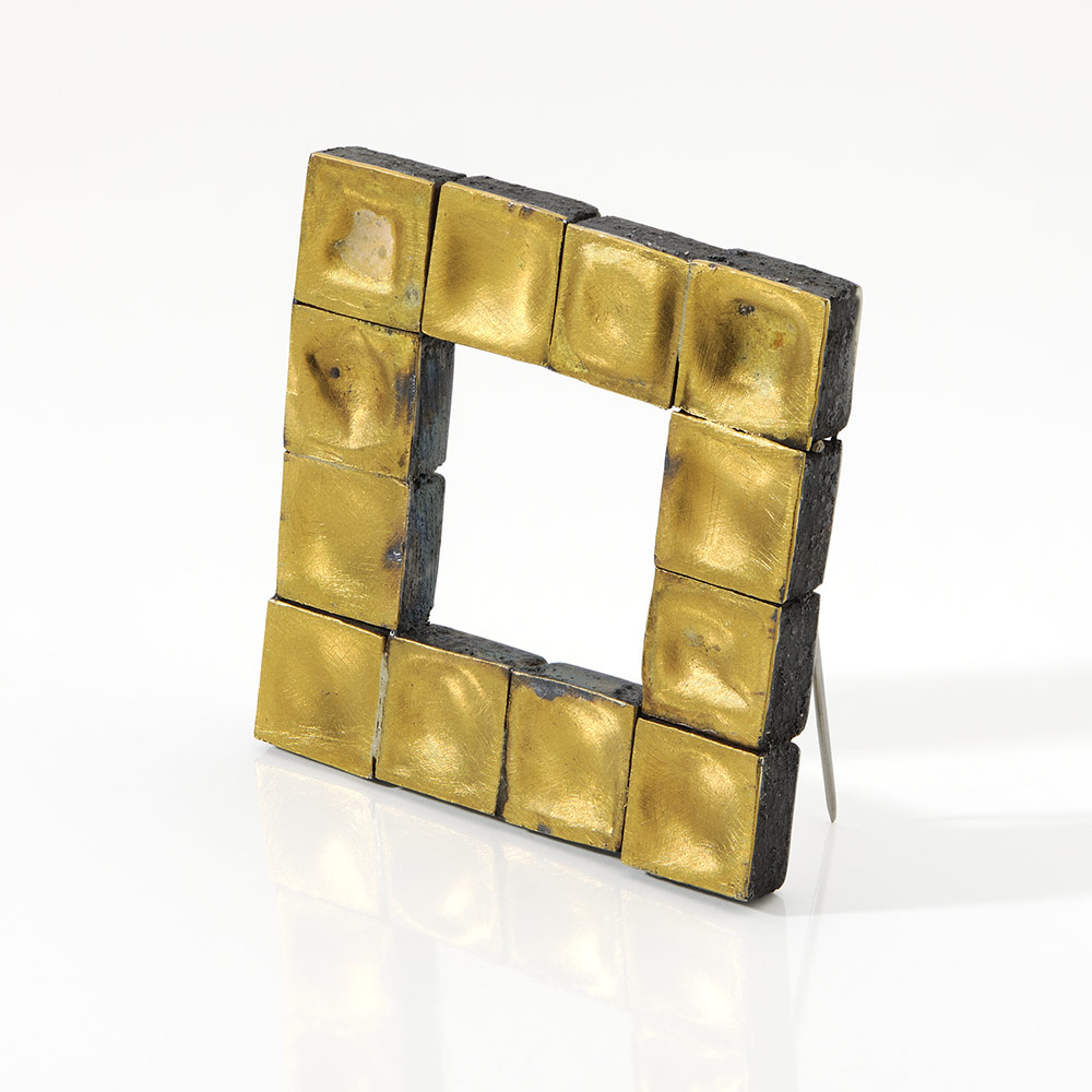 Gigi Mariani. Brooch: Di-Segno #2, 2019. Pure gold, silver, niello, patina.. 4 x 4 x 0,5 cm. Photo by: Paolo Terzi. From series: Di-segno.