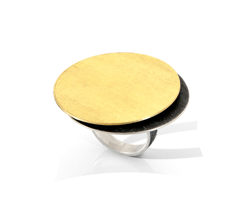 Gigi Mariani. Ring: Shadow, 2019. 18ct yellow gold, silver, niello. ø 3.6 x 2.6 cm.