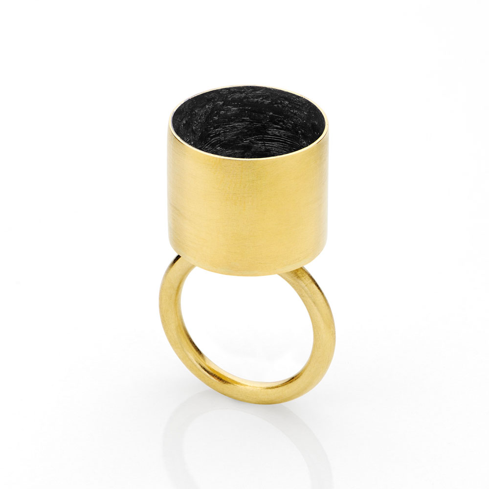 Gigi Mariani. Ring: Cylinder, 2019. 18kt yellow gold, niello. ø 1.8 x 3.8 cm.
